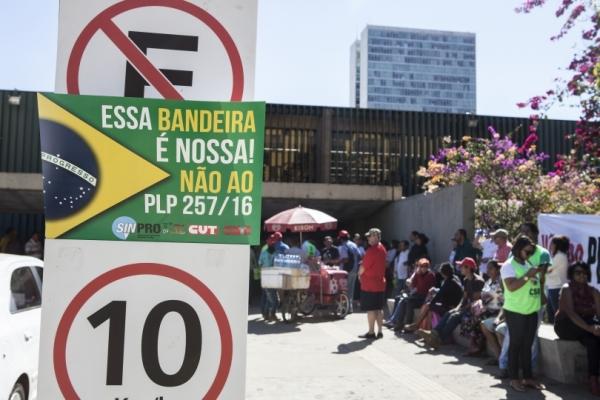 Trabalhadores protestaram diante da Câmara contra arrocho do funcionalismo [Foto: Mariana Raphael / CUT]